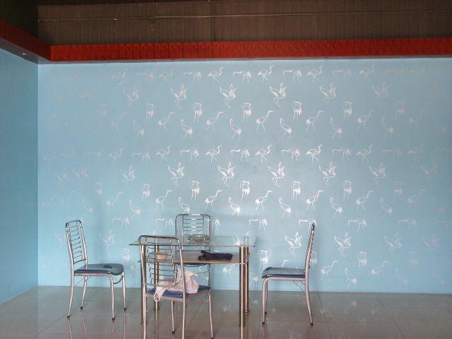 泰安奥邦液体壁纸墙艺漆产品系列属于艺术型涂料,与传统的平滑型涂料相比,其丰富的立体纹理效果、自助型的设计能瞬间使您的家居完全沉浸在诱人的艺术氛围之中。它是一种涂料,但在内墙的乳胶漆墙面上施工以后,可以给使用者带来一种全新的装饰理念及效果,真正的体现了个性化的装饰,填补了国内涂料市场的一片空白,其新颖性、环保性、艺术性给装饰行业带来新的气象。