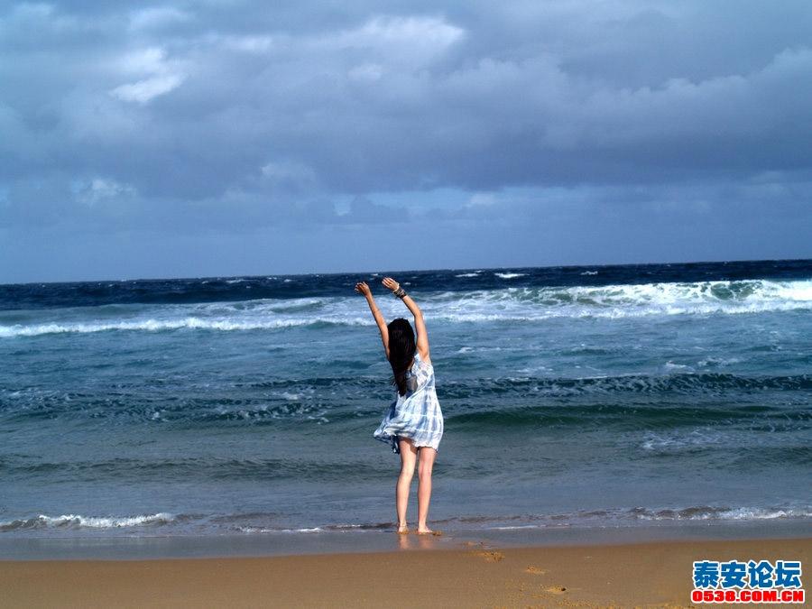 照片头像背影戴帽子海边