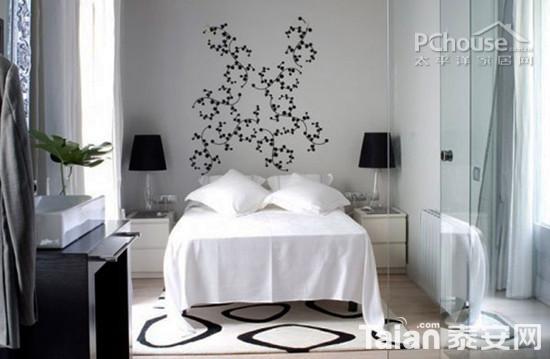 小面积长方形卧室可通过玻璃划分出