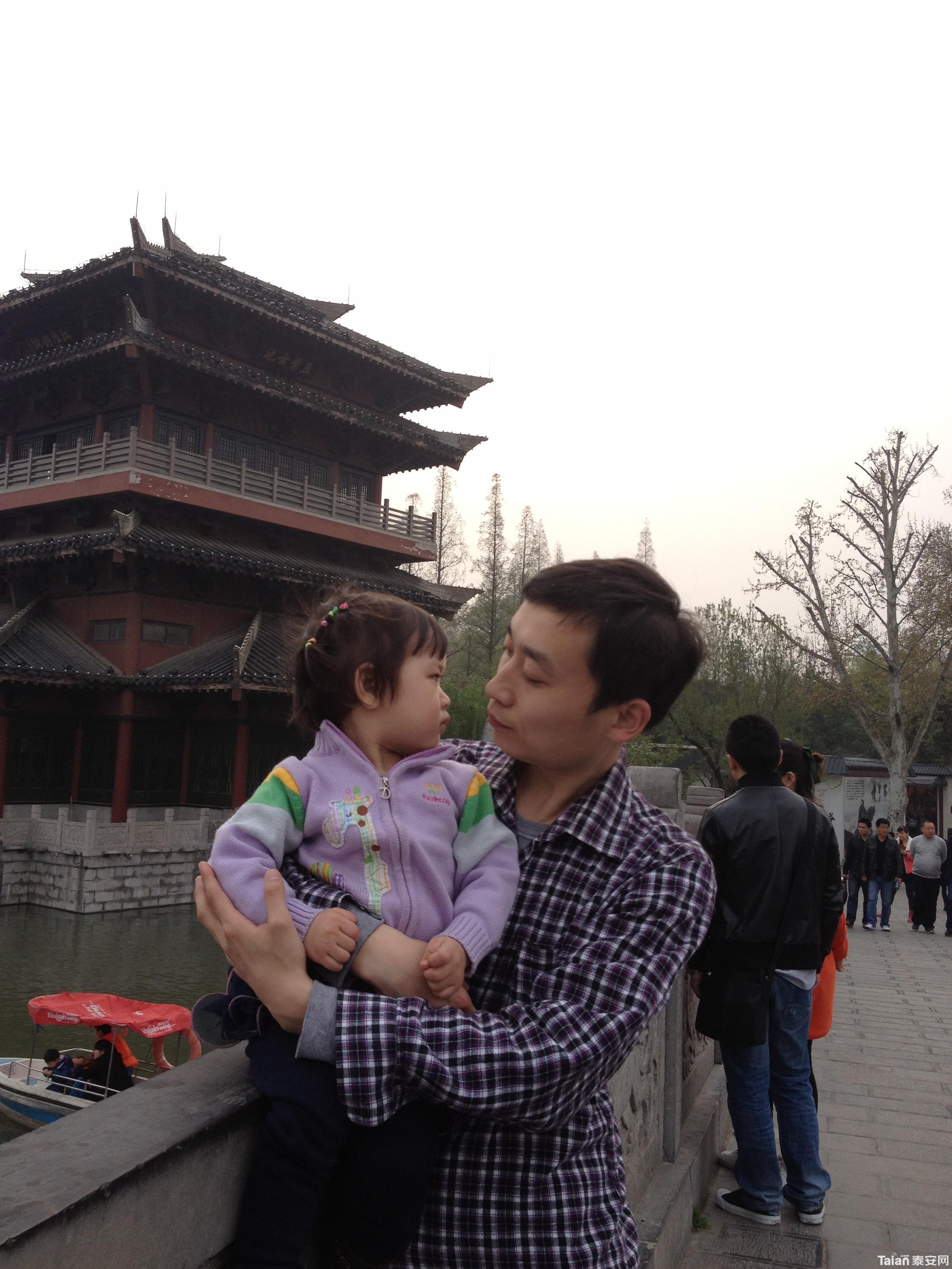 萱萱和爸爸妈妈一起去旅游