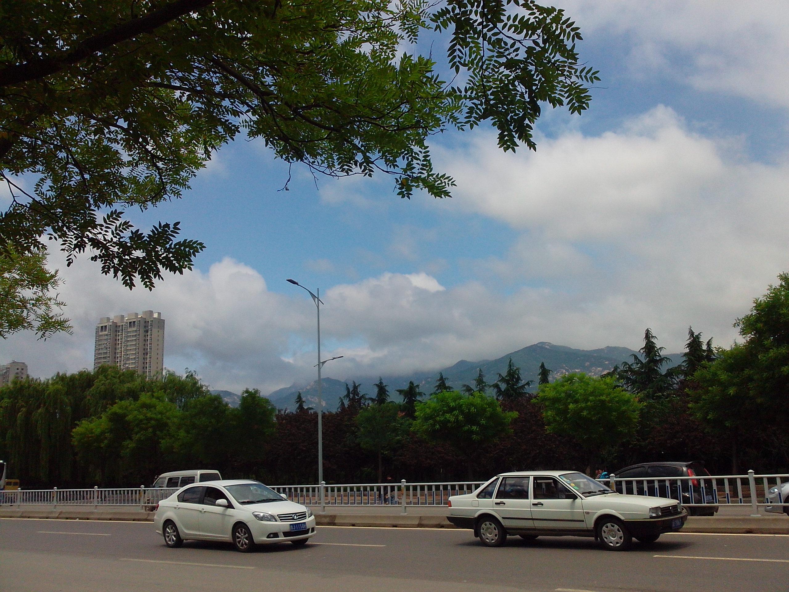 绿树远山,蓝天白云~我们的城市其实也很美