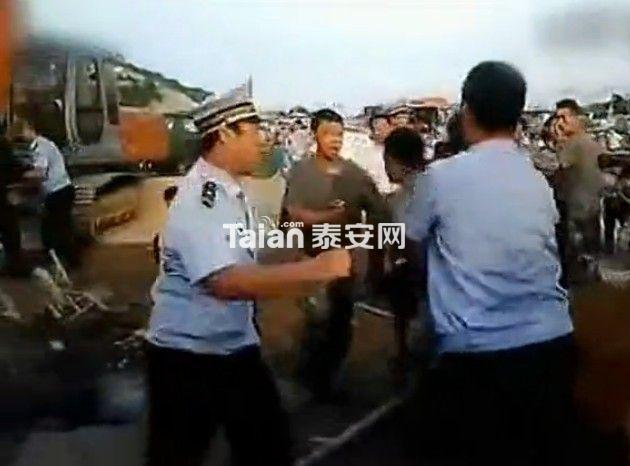 青岛城管强拆军区大院