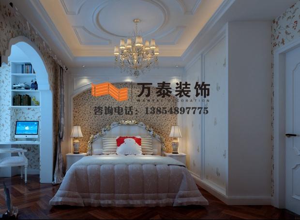 沙发背景墙减掉了复杂的欧式护墙板使用了提炼过的木质线条勾勒出线框