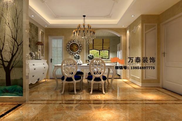 【设计理念 】泰安国山墅此案例采用欧式风格,集古典、优雅和时尚于一体。欧式家具特点讲究手工精细的裁切雕刻,线条流畅,色彩富丽,艺术感强,给人的整体感觉是华贵优雅,十分庄重。客厅以黑金色系为主,浓墨重彩的花朵背景墙给空间赋予了灵动性。家是被主人赋予的灵魂,此案例从整体到细节无不体现主人独特的品位,色彩的碰撞使整个居室不会显得冷冰冰,高雅而和谐。