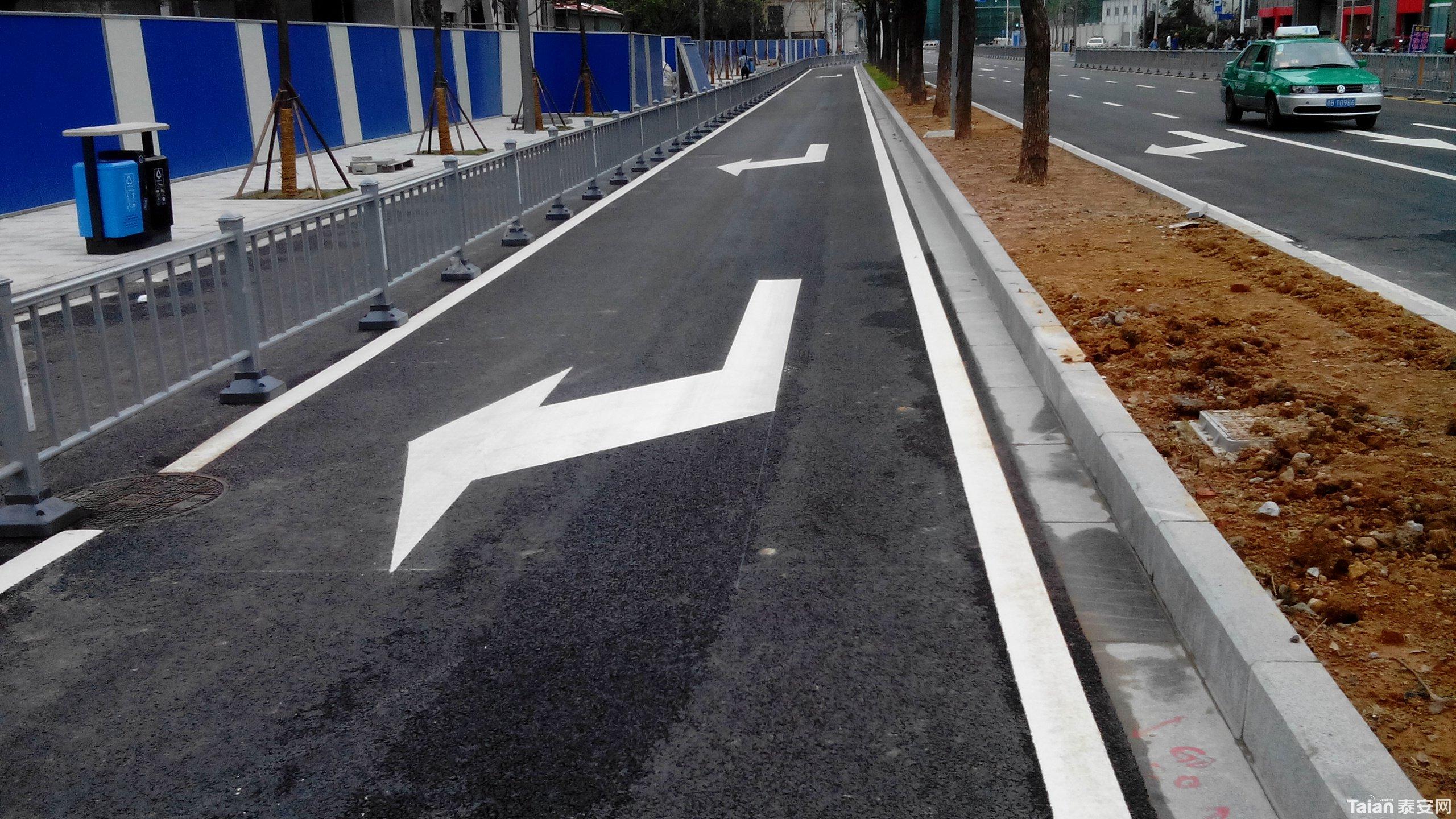 """灵山大街与龙潭路路口重划线,设""""二次过街安全岛""""!"""