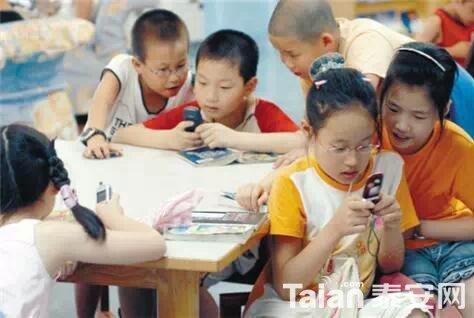 孩子玩手机1.jpg