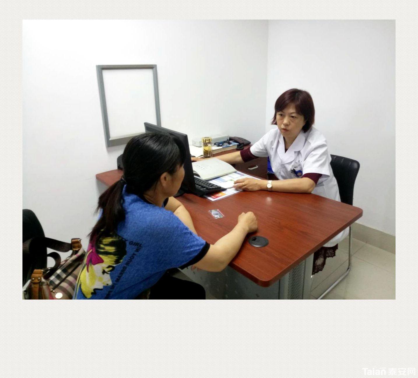 (图为李莉主任详细询问患者的健康状况)