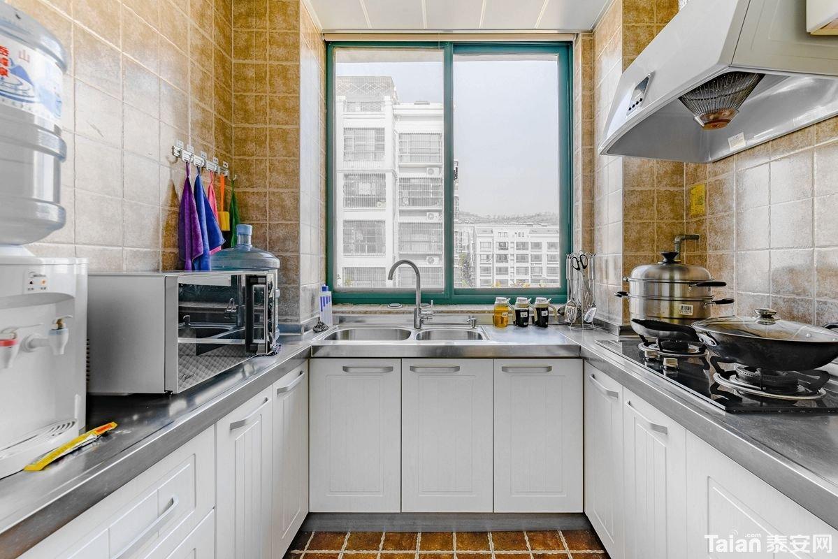 18厨房全景.jpg