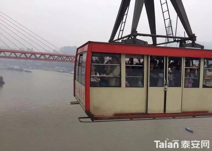 这个缆车是横跨长江两岸的哦、、