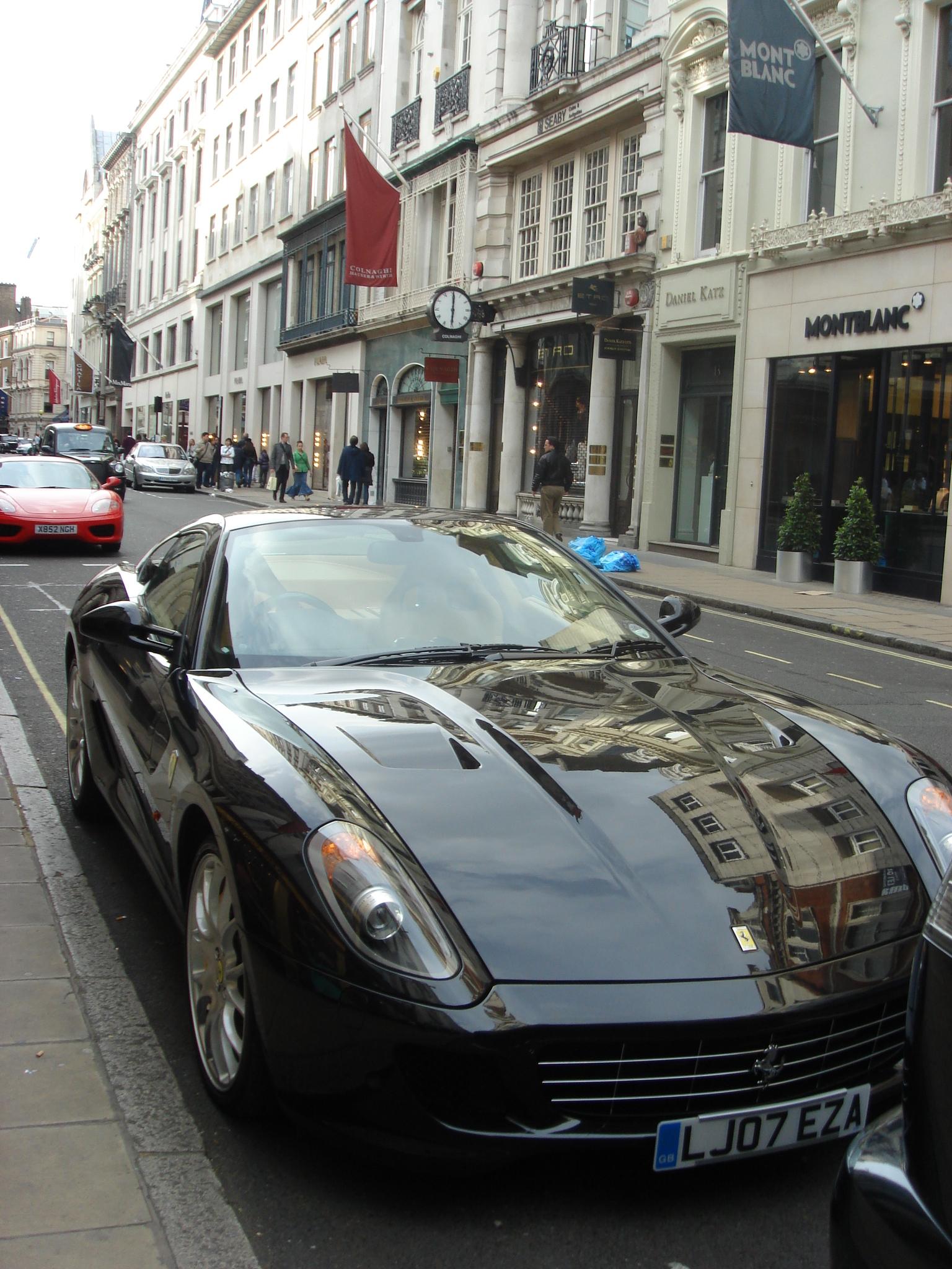奢侈品一条街看到2辆法拉利