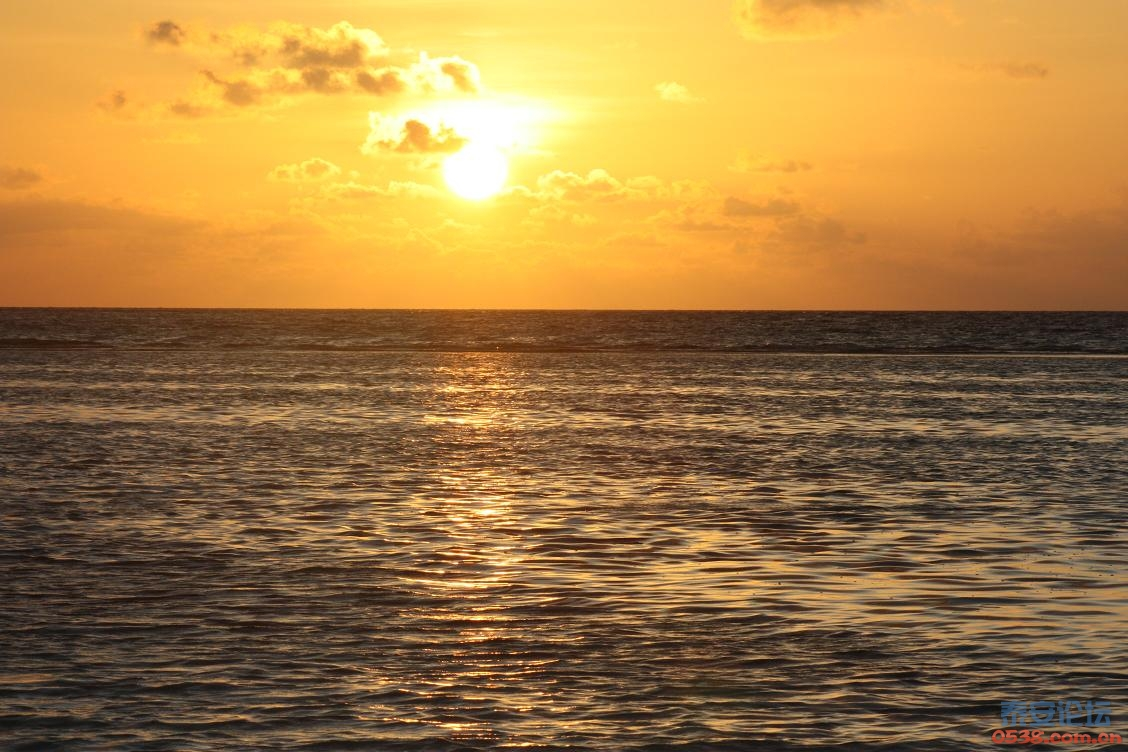 马尔代夫是印度洋上的群岛国家,由19组珊瑚环礁、1200多个珊瑚岛屿组成,其中202个岛屿有人居住,是世界上最大的珊瑚岛国。1000多个岛屿都是因为古代海底火山爆发而成,有的中央突起成为沙丘,有的中央下陷成环状珊瑚礁圈。基本上一个岛就是一个酒店,一个酒店就是一个岛。 出国旅游嘛,首要前提当然是先有护照一本啦。马尔代夫对中国护照落地签一个月,所以不需要申请签证。如果有人或者旅行社告诉你去不了马尔代夫是因为被拒签,那肯定是在吹牛了,你可以当场甩他两巴掌呼死他。但是从中国没法直接出境,必须要转机的,一般旅行社会